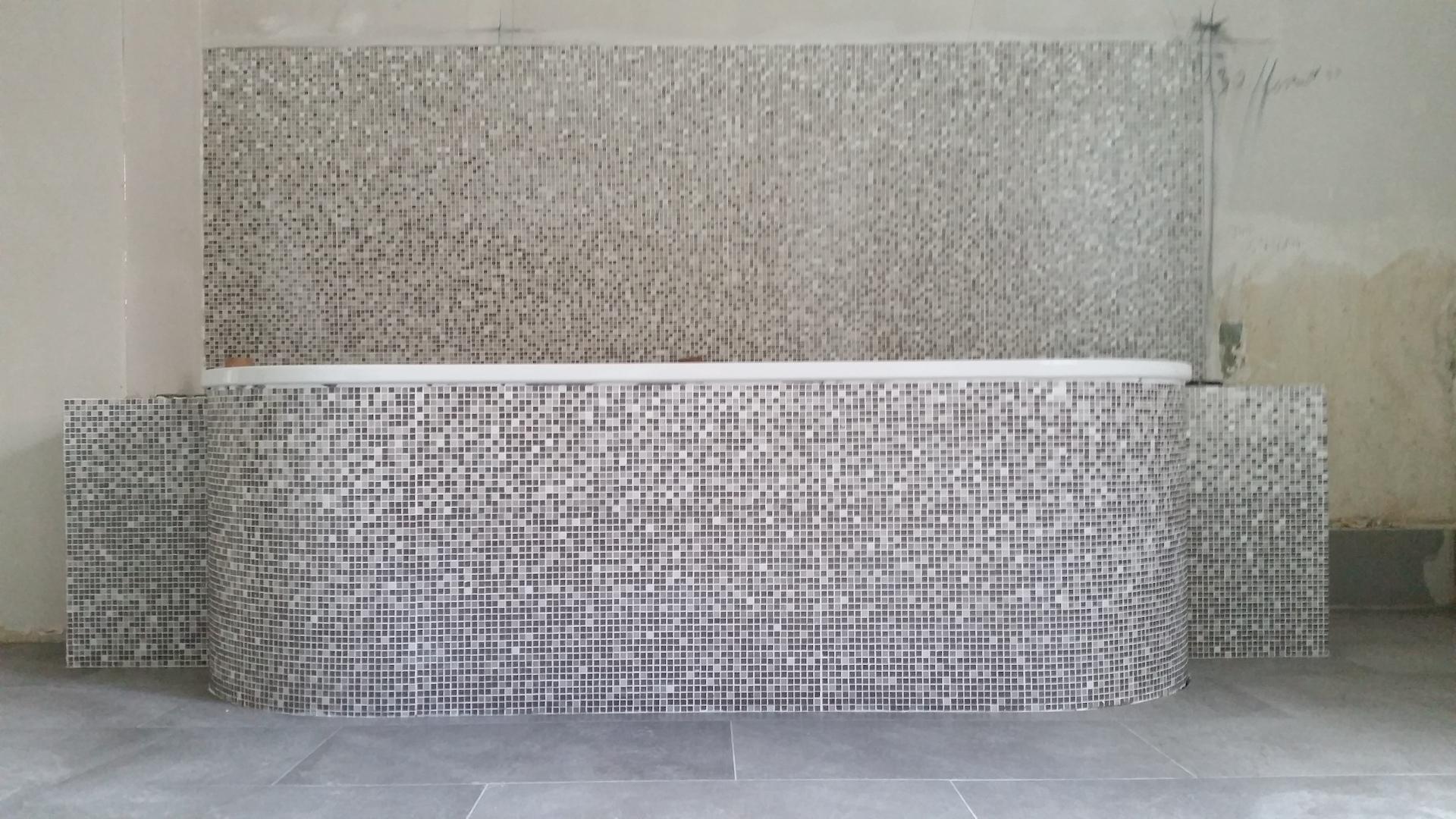 Badewanne mit Mosaik